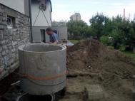 Osazení studny pod terasu