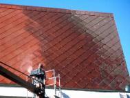 Čištění střechy od mechu a řas